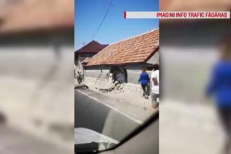 O familie din Brașov s-a trezit cu o mașină în casă. Imobilul a fost distrus