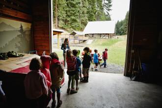 Sute de copii și tineri, infectați cu noul coronavirus într-o tabără. Greșeala făcută de organizatori