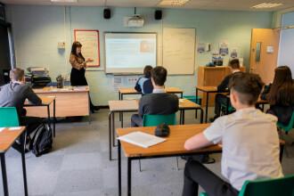Ministrul Educației: Şcolile vor avea stoc de măşti pentru elevi. Cum vor fi distribuite