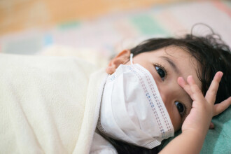 Răsturnare de situație. De la ce vârstă ar trebui copiii să poarte, de fapt, mască de protecție. Recomandarea OMS