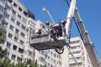 VIDEO. O femeie a fost salvată cu autoscara dintr-un bloc în flăcări în București