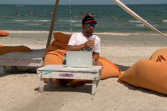 Antreprenori și angajați s-au mutat pe plajă. Cum arată o zi de lucru la malul mării