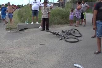 Un bărbat a intrat în plin cu mașina în 3 adolescenți pe biciclete. Unul a murit