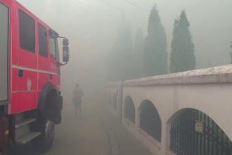 """Incendiu violent într-un cartier rezidențial din Pitești. O vilă, cuprinsă de flăcări uriașe: """"Așa ceva nu s-a pomenit"""""""