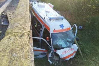 O ambulanță care transporta un pacient cu coronavirus a căzut de pe un pod în Gorj