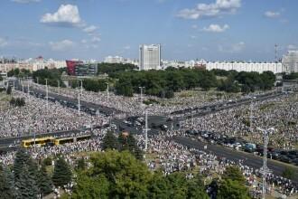 Cel mai mare protest din istoria țării în Belarus. Zeci de mii de oameni au mărșăluit pe străzi cu flori și baloane