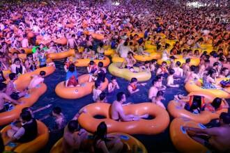 Mega-petrecere în Wuhan, într-un waterpark. Sute de chinezi s-au înghesuit în apă, fără mască