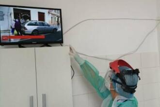 Medicii din Iași aduc televizoare de acasă și cumpără smartphone-uri pentru ca bolnavii Covid să-și vadă familiile