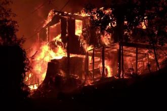 Operațiune contra cronometru în California. Mai mulți pompieri, salvați de flăcări cu un elicopter în ultimul moment