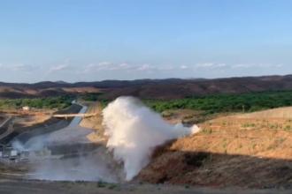 Momentul în care explodează o conductă care alimentează un lac de acumulare