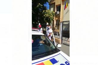 Bărbat reținut după ce a amenințat cu o sabie și un pistol mai multe persoane pe internet