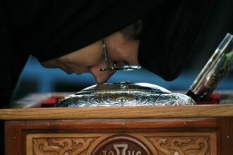 Mii de credinciosi, in pelerinaj la moastele Sfantului Mina