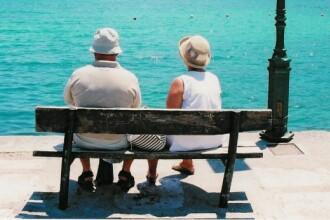 El, 93 de ani. Ea, 86. Misiune: casatoria!