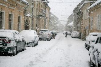 Zapada pune probleme. Un microbuz cu 17 persoane s-a rasturnat la Sibiu