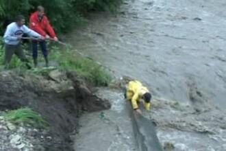 Au vrut sa traverseze cu masina un pod, dar au fost inghititi de ape!