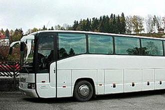 Un autocar cu 35 de persoane s-a rasturnat, dupa ce a fost lovit de remorca unui TIR. Sapte persoane au fost ranite