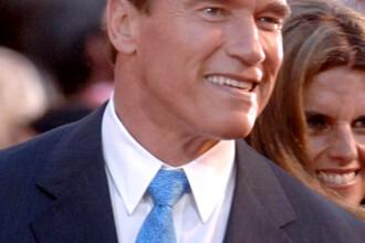 Schwarzenegger desfiinteaza manualele scolare in California!