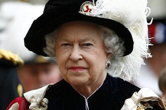 In plina criza, regina Marii Britanii face economii: merge cu trenul!