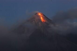 Spectacol infricosator in Filipine: un vulcan scuipand lava si fum!