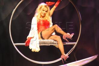 Pamela Anderson, tinute sexy pe scena teatrului din Londra!