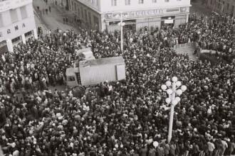 18 decembrie 1989 – Zeci de tineri care ies sa lupte pentru libertate, mor pe treptele Catedralei