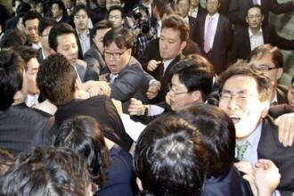 S-au calcat in picioare! Lupte in Parlamentul Coreei de Sud. VIDEO