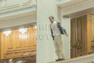 Barbatul care s-a aruncat de la balconul Camerei va fi operat miercuri