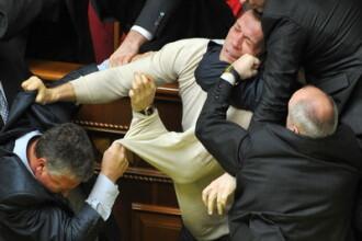 Incidentul din Parlamentul roman, mai socant ca in alte tari? Vezi exemple