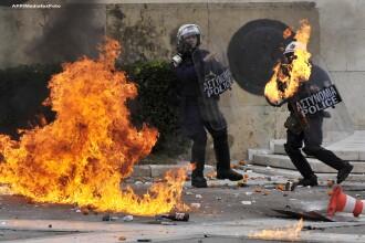 Din nou anarhie in Atena. Bataie intre politisti si protestatari cu pietre si cocktailuri Molotov