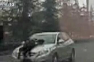 VIDEO. Soferul unui taxi ilegal a mers 5 kilometri cu un politist pe capota