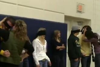 VIDEO socant. Elevii unui liceu au fost legati la ochi si pusi sa se sarute cu parintii lor