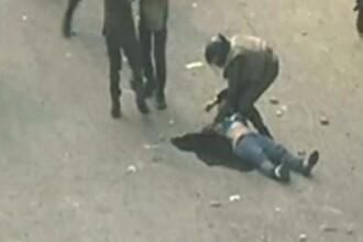 """""""Asta e armata care ar trebui sa ne apere"""". Femeie pe jumatate goala, batuta de militarii egipteni"""