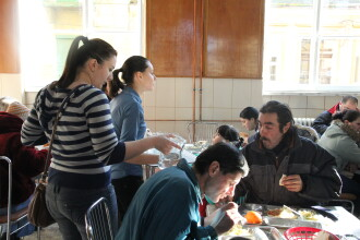 Uniti de dorinta de a ajuta. Cativa timisoreni au organizat o masa de Craciun pentru 500 de nevoiasi