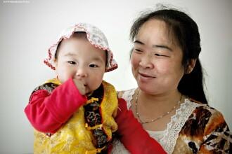 Curaj nebun. O mama din China a postat pe internet imagini cu cei 8 bebelusi ai sai