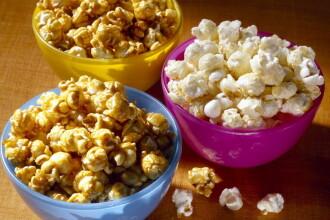 Popcornul pregătit acasă, o sursă excelentă de proteine şi vitamine. Când devine periculos