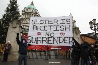 Noi proteste violente in Irlanda de Nord. Batai cu cocteiluri Molotov din cauza drapelului Angliei