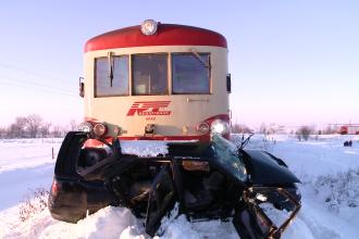 Patru tineri din Timis au scapat ca prin minune, dupa ce masina lor a fost lovita de tren