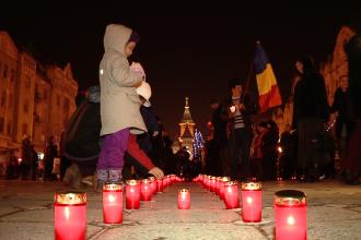 Lumanari aprinse in memoria celor care au murit pentru libertate in Revolutia din decembrie '89