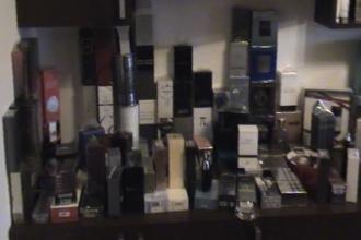 Afaceri de familie, ilegale. Peste 1000 de parfumuri contrafacute, gasite in casa unor soti din Arad
