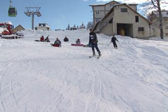 Forfota mare la Straja. Peste 200 de copii au invatat sa schieze in taberele organizate pentru ei
