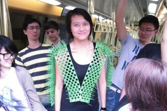 Solutia pentru calatoriile aglomerate in metrou sau autobuz. Vesta care tine la distanta calatorii