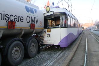 Accident pe Calea Buziasului. Un tramvai a intrat in plin intr-o cisterna oprita la semafor. FOTO