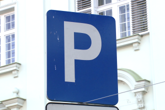 Locurile de parcare din Piata Unirii, reduse la jumatate. Soferii pot intra de pe un singur sens
