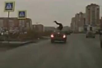 Momentul in care un barbat din Rusia este spulberat de o masina si scapa nevatamat. VIDEO