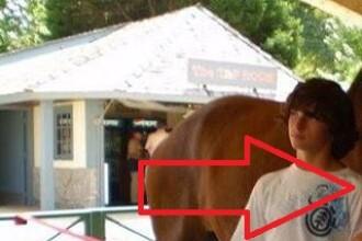 Imaginea de care rade tot internetul. Cum arata iubita acestui tanar. FOTO