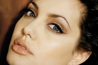 Cum s-a prezentat Angelina Jolie la premiera unui film. Este a doua oara in ultima saptamana cand actrita face gafa aceasta
