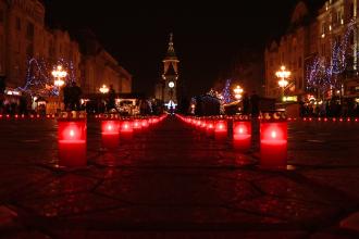 O cruce imensa a luminat Piata Victoriei, locul in care acum 24 de ani se striga