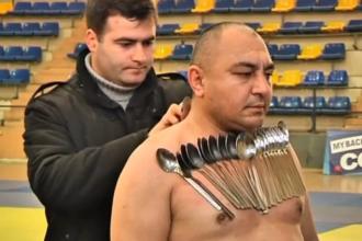 Un nou record mondial. Barbatul magnetic care si-a lipit zeci de linguri de corp