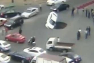 O groapa aparuta din senin intr-o intersectie din China a inghitit o masina. Cum s-a salvat soferul. VIDEO