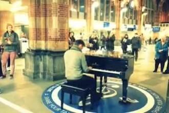 1 DECEMBRIE in Diaspora. Imnul Romaniei, cantat la pian in gara din Amsterdam si hora in fata Turnului Eiffel. VIDEO